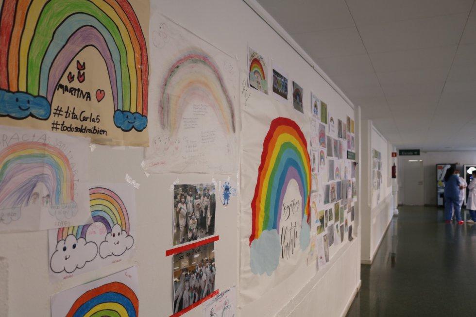 Los mensajes de ánimo no faltan en las fachadas del hospital. Hasta 10.000 cartas llegaron al departamento de prensa que fueron colocando por todo el centro.
