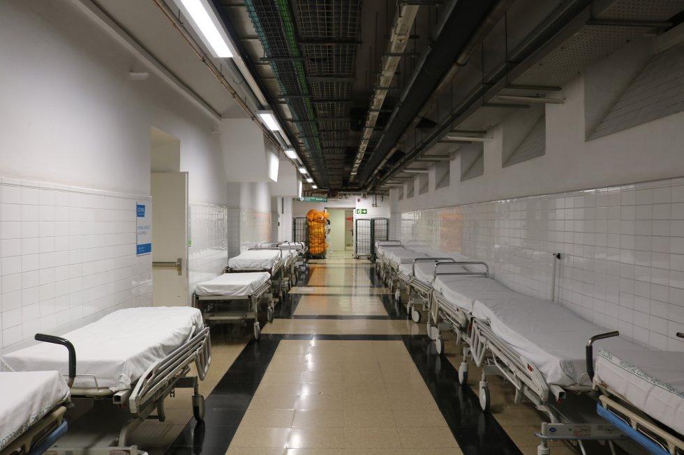 Camas en un pasillo listas para ser utilizadas cuando sean requeridad