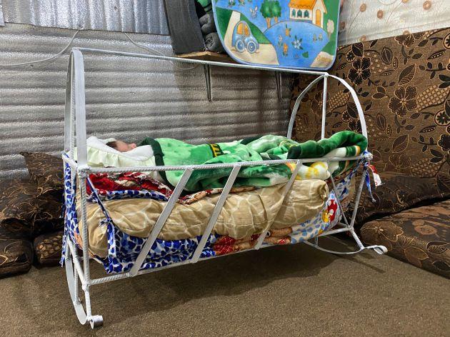 Hiba otra recién nacida en Azraq duerme en su cuna.
