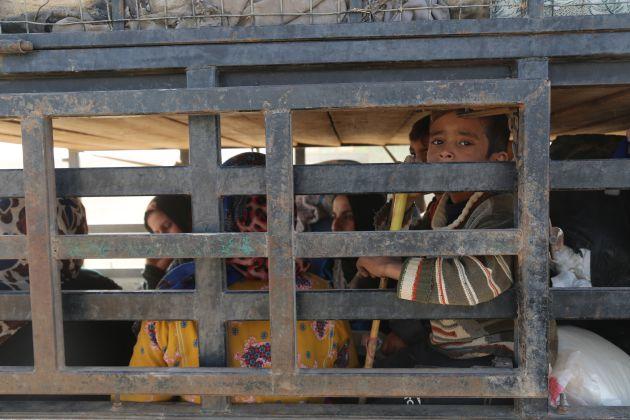 Mujeres y niños apiñados en la parte trasera de un camión de camino a Ain Issa, el 9 de noviembre de 2016