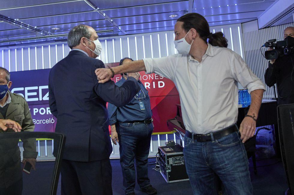 El candidato del PSOE, Ángel Gabilondo; y el candidato de Unidas Podemos a la Presidencia de la Comunidad de Madrid, Pablo Iglesias; se saludan con el brazo minutos antes de que de comienzo el debate.