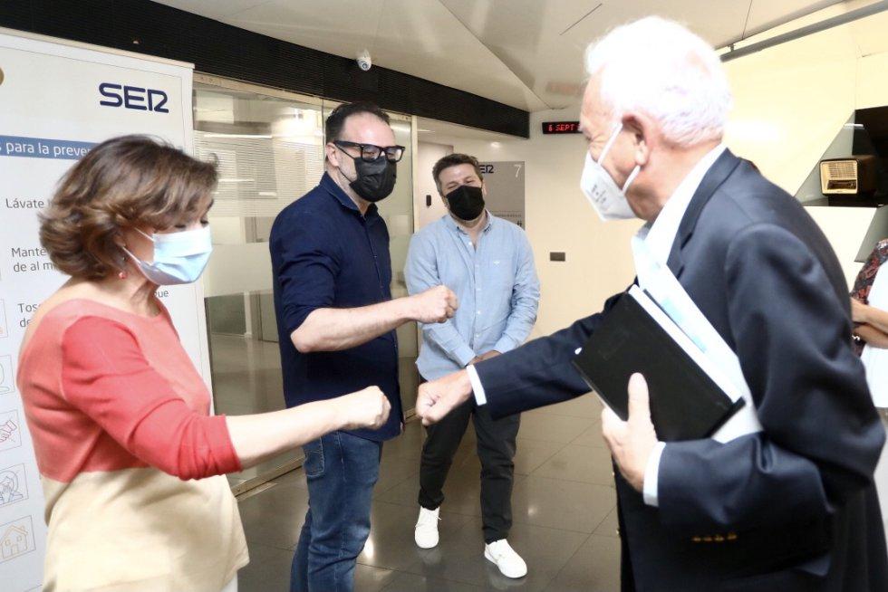 José Manuel García-Margallo a su llegada a la Cadena SER saludando a Carmen Calvo, a Guillermo Rodríguez, director de Informativos de la Cadena SER, y a Aimar Bretos, director de 'Hora 25'.