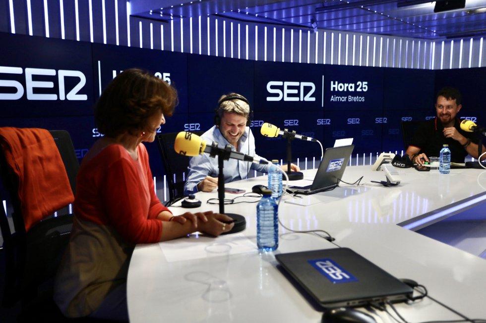 Carmen Calvo, Pablo Iglesias y Aimar Bretos, director de 'Hora 25', ríen antes del inicio de 'El Ágora de Hora 25'.