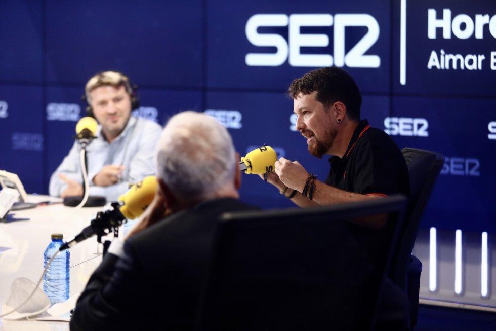 Pablo Iglesias interviene ante la mirada de José Manuel García-Margallo y Aimar Bretos, director de 'Hora 25'.