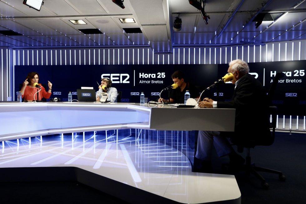 Carmen Calvo, Pablo Iglesias y José Manuel García-Margallo junto a Aimar Bretos, director de 'Hora 25'.