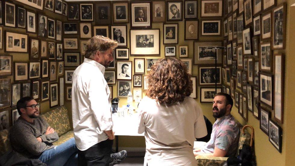 Pere Aznar, Javier del Pino, Paqui Ramos y Antonio Castelo entre bambalinas.