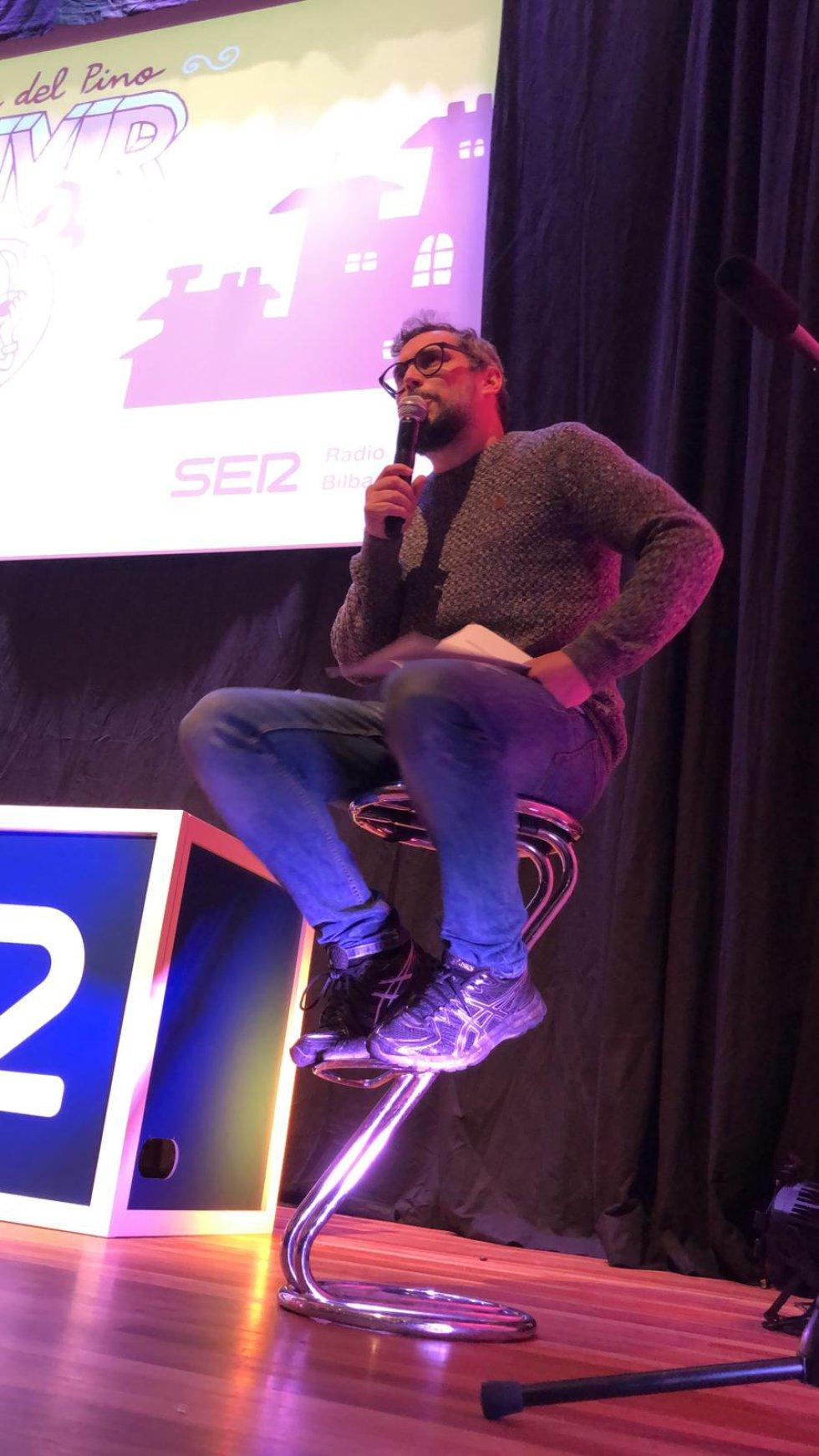 Pere Aznar contando chistes en el escenario del Festival JA! Bilbao