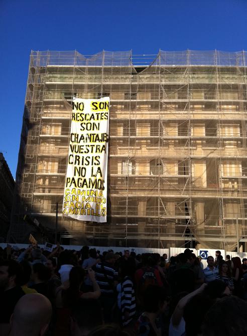 """Pancarta desplegada en la Puerta del Sol de Madrid durante las manifestaciones para pedir una """"democracial real"""""""