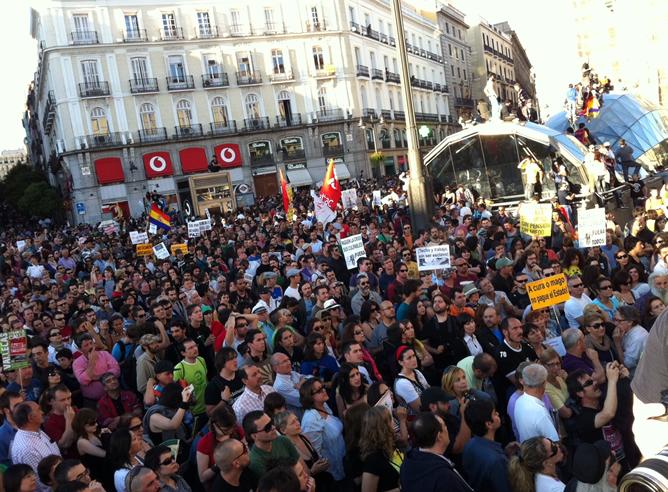 Miles de personas protestan en Madrid contra los políticos y la crisis