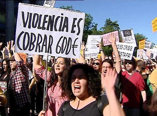 Miles de personas se manifiestan esta tarde en Madrid, convocadas por el movimiento pacífico 'Democracia real ya' y movilizados por las redes sociales, para pedir un cambio político y social ante la inoperancia del modelo actual