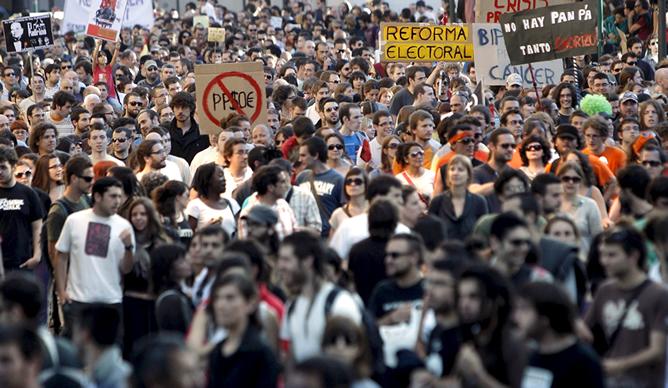 """Miles de ciudadanos se han manifestado por las calles de Valencia, convocados por el movimiento denominado """"Democracia real ya"""""""