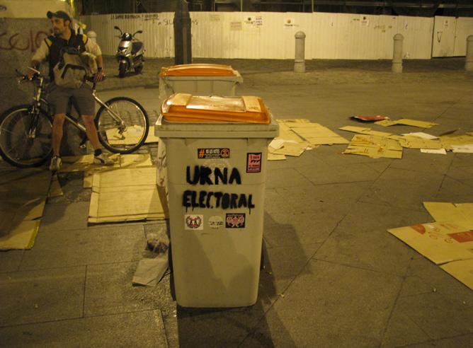 'Urna electoral' en la Puerta del Sol de Madrid, junto a la acampada en la Puerta del Sol de Madrid, minutos antes de ser desalojada por la Policia