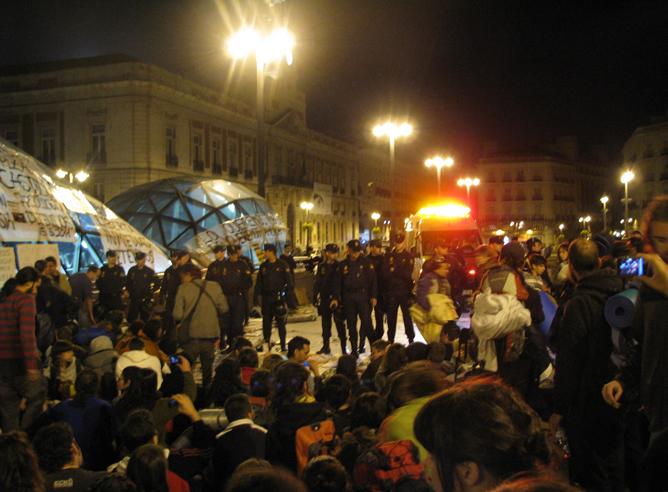 Puerta del Sol de Madrid, minutos antes de ser desalojada por la Policía