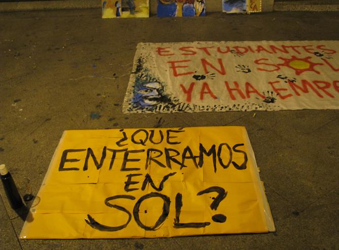 Cartel en la Puerta del Sol de Madrid, minutos antes del desalojo del campamento en el que permanecían unos dos jóvenes desde hace dos días