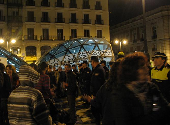 Asamblea improvisada antes del desalojo en la Puerta del Sol de Madrid
