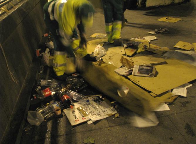 Los servicios de limpieza recogen los carteles de los manifestantes que permanecían por segundo día en la Puerta del Sol de Madrid