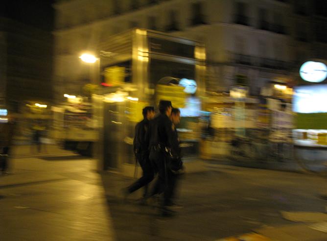 Manifestante expulsado de la Puerta del Sol por la policía, donde permanecían 200 jóvenes desde hace dos días