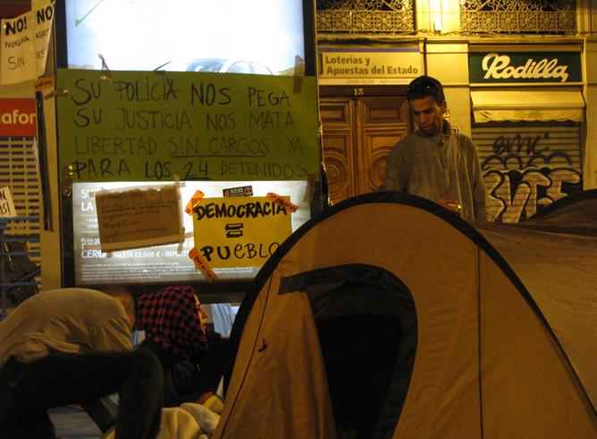 'Democracia = pueblo', manifestantes en la Puerta del Sol de Madrid donde permanecían acampados desde hace dos noches