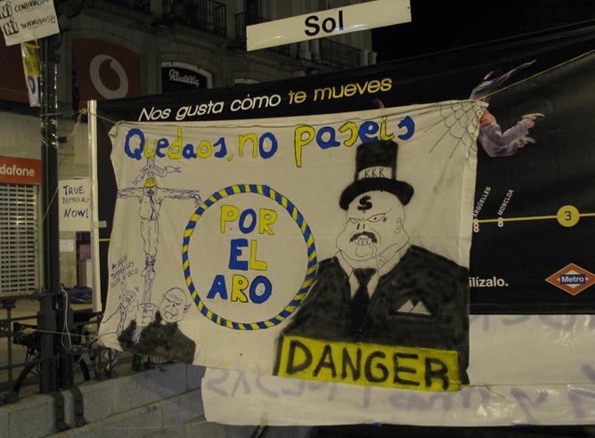 Cartel en el metro Sol de Madrid, antes del desalojo de la manifestación en la Puerta del Sol de Madrid