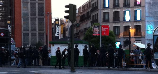 Manifestantes resisten en la Plaza de Callao tras ser desalojados de la Puerta del Sol de Madrid, donde se manifestaban desde hace dos noches