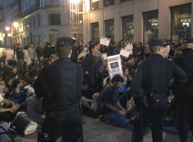 Tras ser expulsado de la Puerta del Sol, los manifestantes mientras resistían en la calle Preciados de Madrid