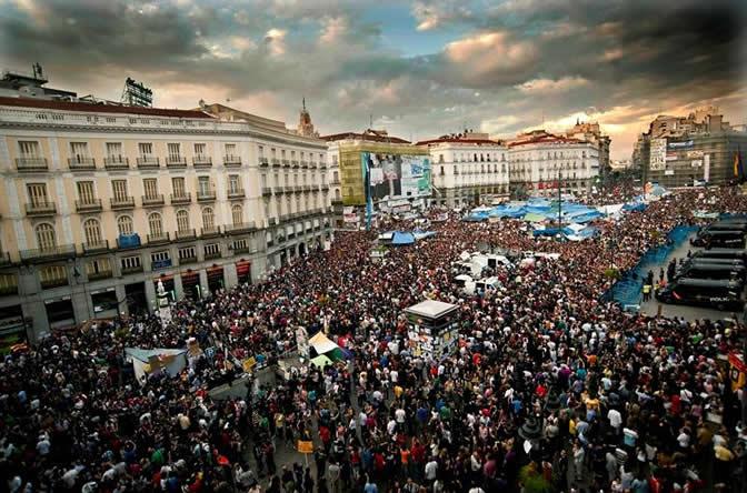 Vista aérea de la concentración convocada por la plataforma Democracia Real Ya que ha tenido lugar esta tarde en la Puerta del Sol, en Madrid