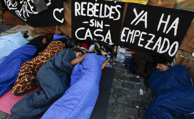 Tras la protesta llega la hora de dormir... en el suelo