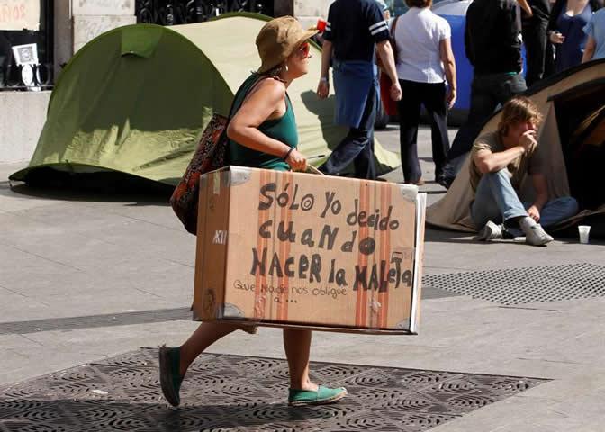 Miles de personas mantienen la concentración en protesta contra los políticos y la crisis en España, a pesar de la prohibición de las autoridades electorales