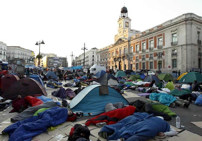 Miles de personas han pasado la madrugada en la Puerta del Sol y muchos de ellos se han quedado a dormir en la céntrica plaza