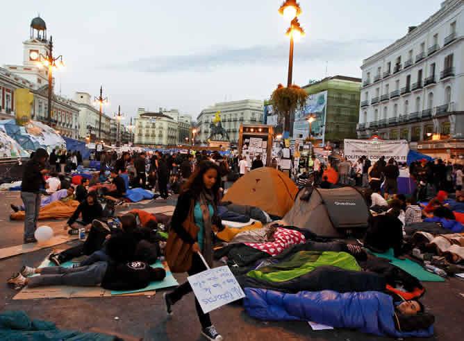Es la jornada de reflexión y amanece en la Puerta del Sol donde miles de personas han pasado la noche