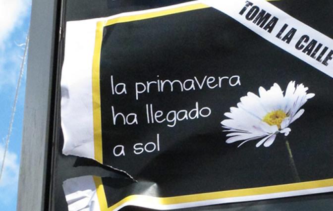 Uno de los carteles que se pueden contemplar en la Puerta del Sol de Madrid