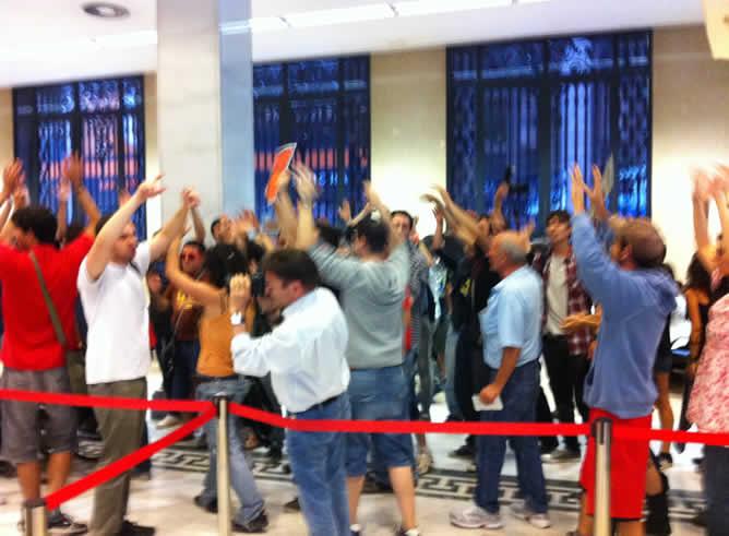 Este viernes, en el Banco Santander de Valencia, se dejaban oír las protestas