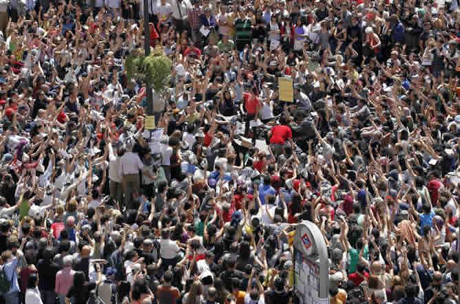 Miles de personas se concentran de nuevo este viernes en la Puerta del Sol. Durante la asamblea se ha decidido permanecer en la plaza pese a la decisión de la Junta Central Electoral