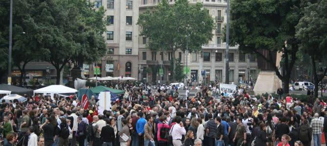 Hasta 5.000 personas han llegado a llenar la Plaza Catalunya de Barcelona. Unas 500 han pasado esta noche al raso.
