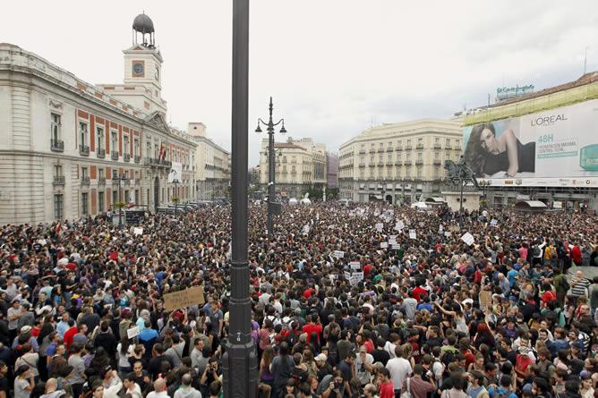 Vista general de la concentración a la que asisten gran número de jóvenes que reclaman una cambio en la política y en la sociedad, esta tarde en la Puerta del Sol de Madrid. Una veintena de furgones de policías antidisturbios han sido desplegados por los accesos a la plaza, así como ante la Real Casa de Correos, sede de la Comunidad de Madrid.