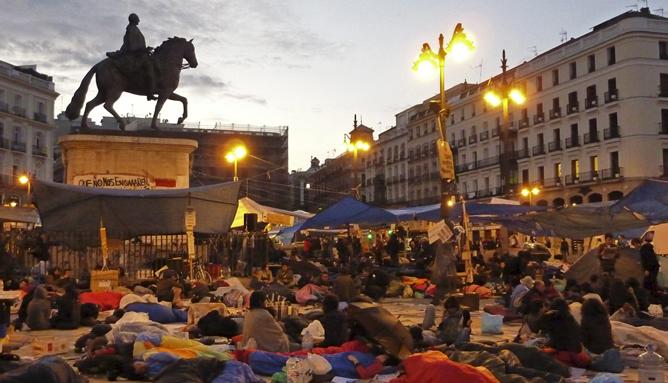 La Puerta del Sol amanece tras la segunda noche consecutiva de acampada del 'Movimiento 15M'