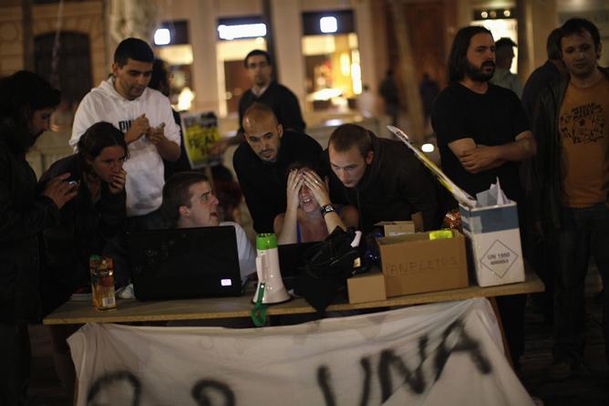 Los jóvenes se organizan en comisiones para alargar la protesta