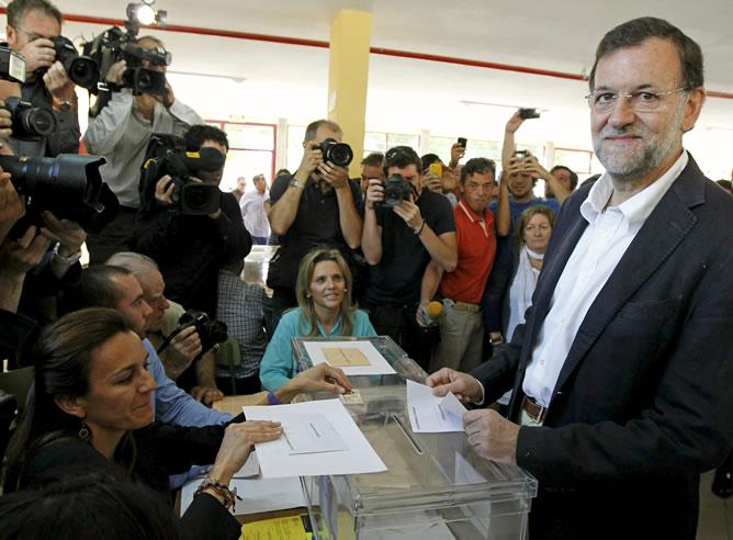 El líder del PP, Mariano Rajoy, a su llegada al colegio madrileño Bernadette de Aravaca, en donde hoy depositó su voto en las elecciones municipales y autonómicas.