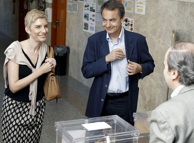 El presidente del Gobierno, José Luis Rodríguez Zapatero, y su esposa, Sonsoles Espinosa, en el colegio madrileño Nuestra Señora del Buen Consejo, en donde hoy depositaron su voto en las elecciones municipales y autonómicas.