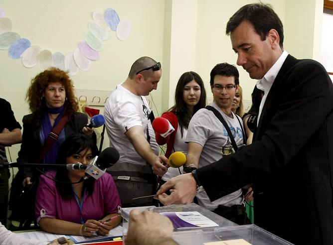 El candidato socialista a la presidencia de la Comunidad de Madrid, Tomás Gómez , ha depositado su voto en Parla, pasados pocos minutos de las diez de la mañana