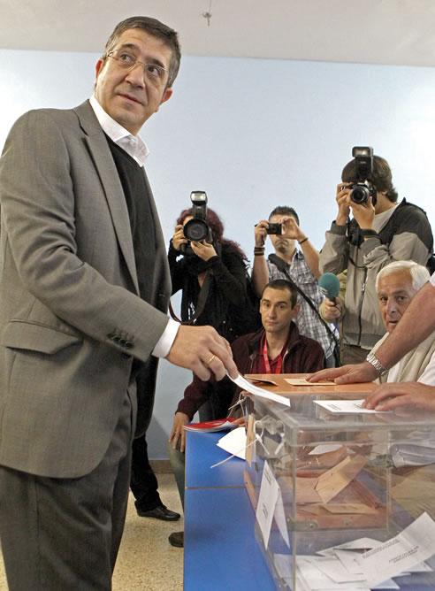 El lehendakari, Patxi López, vota en un colegio electoral de Bilbao en las elecciones munipales y forales.