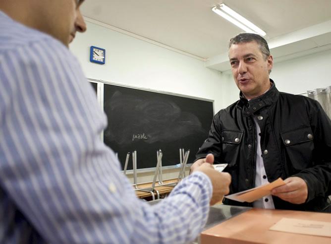 Iñigo Urkullu, presidente del PNV, vota en un colegio de Durango (Vizcaya), en una jornada electoral en la que más de 34 millones de personas están hoy llamadas a las urnas en España para votar en las municipales y autonómicas