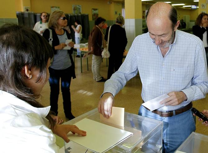 El vicepresidente primero del Gobierno, Alfredo Pérez Rubalcaba, deposita su voto en una mesa del colegio Antonio Machado de Majadahonda, en las elecciones autonómicas y municipales de hoy