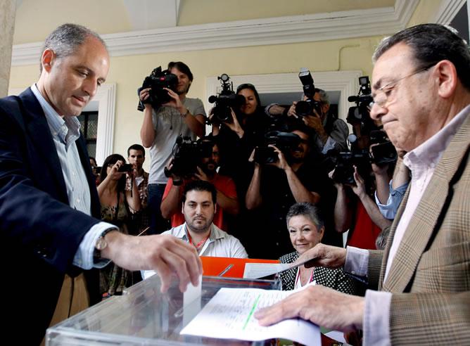 El presidente de la Generalitat Valenciana, Francisco Camps, vota a primera hora de la mañana en su mesa electoral, hoy en Valencia.