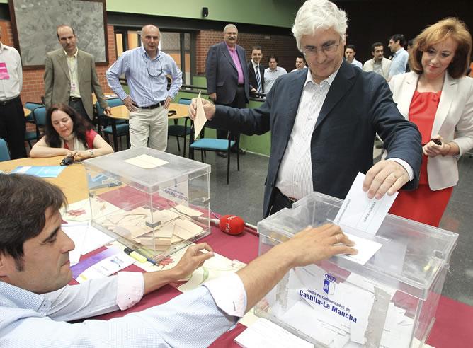 El presidente de Castilla-La Mancha y candidato a la reelección, José María Barreda, junto a su mujer, la diputada Clementina Díez de Baldeón, deposita su voto en el colegio electoral instalado en el Centro Social de La Poblachuela.