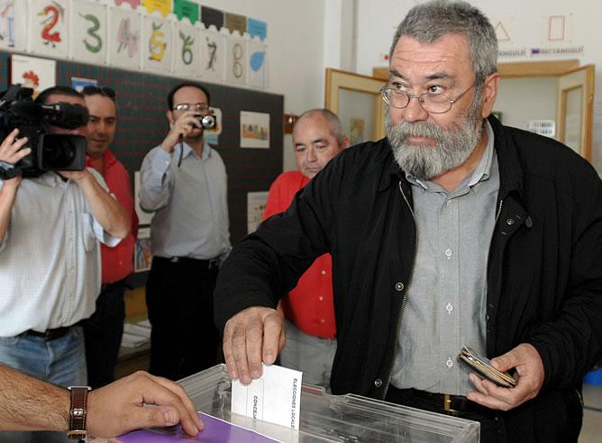 El secretario general de UGT, Cándido Méndez, deposita su voto en una mesa electoral de Jaén.