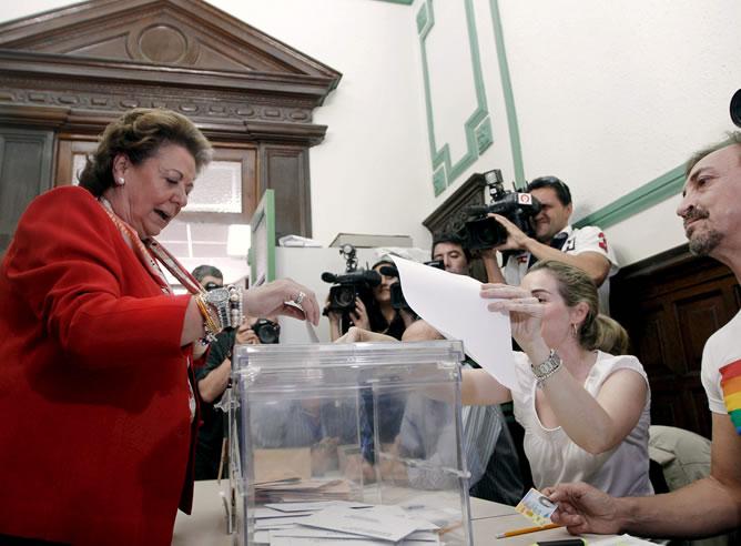 La alcaldesa de Valencia, Rita Barberá, vota hoy en su mesa electoral en un colegio de la ciudad.