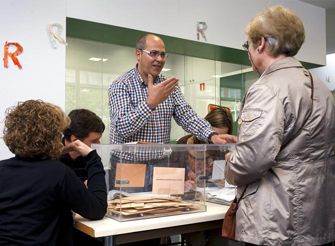 José Fernando Santamaría Gil es el único sordomudo que en estas elecciones autonómicas y municipales preside este domingo una mesa electoral en España, situada en Burgos.
