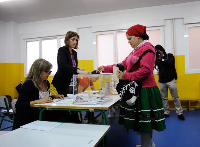 Una mujer vota en Barakaldo