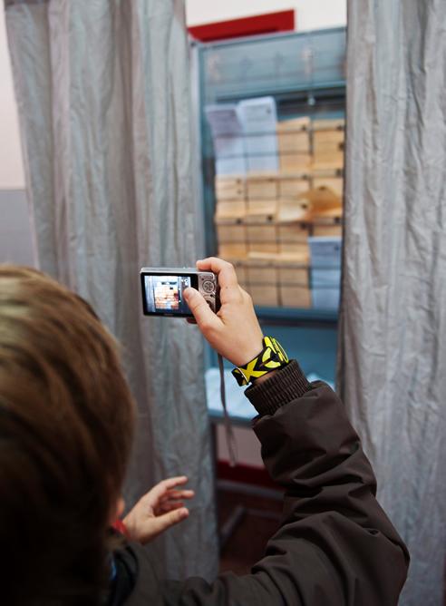 Un niño hace fotografías en un colegio electoral de Burgos